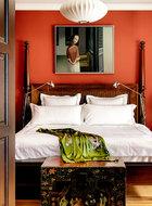 从英国归来之际,李光程舍不得自己喜欢的英式古典家具,将集装箱塞得满满当当运了回来,卧室里这张RalphLauren大木床就是这般运回。古董床具、花卉箱子搭配工业感的落地灯,在红色的墙面映照下,摩登感十足。墙上的这幅油画,是现居北京的艺术家王笑今两年前创作的《期盼》。
