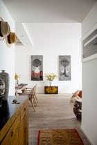 家里充满走遍世界的痕迹,每件收藏都代表一段故事,在这个家里扮演着诉说、记录的角色。一进门,法国画家Christian de Laubadere的两幅作品,让人印象深刻,更为这个家增添了一丝性感。