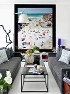 海滨沙滩的悠然画幅,仿佛为整个家开启了一扇新视窗。客厅中央陈列的艺术作品正好与窗外的海滩相呼应,Helen精巧的花卉布置也是这个家的亮点之一。
