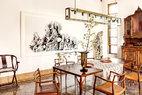 餐厅位于一层,进门处的椅子是热爱家具收藏的主人与朋友一起复制的明代交椅。墙上挂着的是艺术家刘丹的水墨作品。画旁边的英石高达2米,是很少见的传世之石。又因为主人淡勃热衷收藏丹麦经典设计家具,所以餐椅选择了经典的Moller扶手椅,均出自上世纪五六十年代的Moller工作室。餐桌上的吊灯是淡勃自己动手设计的,灯泡则是他从欧洲千里迢迢背回来的。