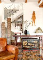 在饭厅旁的小休息厅融古代、现当代和前卫艺术于一室,风格跨度很大。墙上的木质人偶艺术品是日本艺术家三宅一树的作品。人偶下方的榉木桌案是难得一见的精品。案旁竖立的是某宗教建筑的门柱构件。