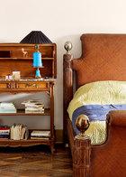 卧室一角。床头也摆满了与古玩收藏相关的书籍。台灯和边柜是在法国的跳蚤市场淘来的。