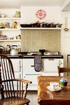 厨房中安装了英国乡间小屋标志性的AGA灶具,不但可以用于烹饪,还可以用于取暖。