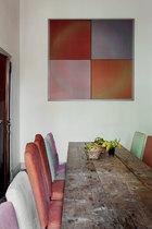 """这间屋子在日常生活中被作为比较随性的用餐空间,距离厨房很近。墙面上挂着的漆面帆布画作名为""""Arc en Soleil"""",来自艺术家Jef Verheyen。"""