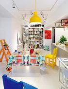 """橘色梯子来自Metaphys,是日本设计师村田智明2010年的设计作品。餐桌布是Seletti与摄影杂志ToiletPaper 合作推出的设计,桌上蓝白色渐变的杯子来自Pili自己的设计作品""""漆瓷""""系列,叫作《消失的青花》。"""
