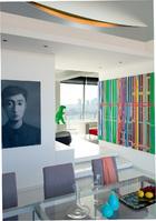 宽敞通透的空间,被隔墙和屏风界定成4个区域,来自不同艺术家的作品在此静静对话。从餐厅看向客厅,左侧露出一半的画作由张晓刚创作于2006年,购自佩斯画廊,右侧多彩的画作由刘韡创作。近处餐桌上的Lacquer Tray漆器托盘由Fornasetti出品。