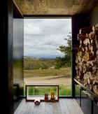 进门门厅处的原木柴火,让回到家的人立刻放松下来。