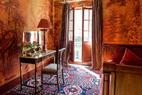 热带雨林主题的红色壁纸为整个空间带来热切的激情,正所谓色彩是精神的居所。位于二层的客卧直接连通露台。地毯是1920年代克里米亚地区的纯羊毛手工制品。壁纸是de Gournay欧式系列的L' Eden Rives du Bosphore。