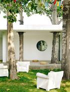 """大片草 坪、树木都留在原地,连建筑本体也为它们让位。陈坤说,这些自然的就让它自然存在吧,""""保持生冷""""也是一种难得。大面积的草坪庭院为整个工作室带来充足光线和开阔视野,阳光尚好的日子里,偷闲来院子坐坐,也很舒服。"""