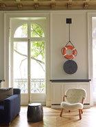 客厅一角的墙面上挂着由Allora et Calzadilla创作于2011年的装置艺术品《Lifesaver Manhole》,铸硅胶铜和聚氨酯材质。