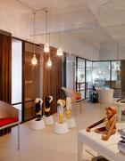 浴室就如一个小的展厅,有Jaime Hayon的作品,各式长凳和单椅,在独立式浴缸泡澡时,还能看到阳台的绿意。