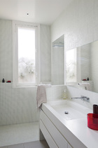 两间盥洗室,吊灯来自Ayilluminate,喷漆柜体具由Karen T.Lewis设计,面盆和龙头使用了Cascade品牌的产品。