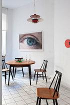 小餐厅中,吊灯为来自丹麦的Louis Poulsen品牌,墙上挂着由Douglas Gordon在2001年拍摄的眼睛照片,餐桌椅则出自Ilmari Tapiovaara之手。