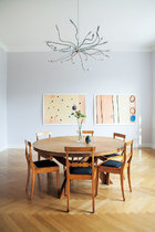 橡木餐桌是当代风格,表面是竹子的。座椅来自德国毕德麦雅时期,很受当时的沙龙青睐,座灯是在罗马一家设计店买的。