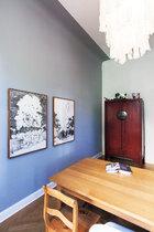 厨房一角,墙上是美国艺术家Laura Bruce的画作,角落有个中式储物柜。