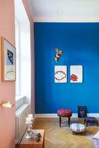 卧室一角,有一张19世纪南德经典坐凳,蓝墙上的南德巴洛克艺术品由Peter Riek创作。猴子画像是Sophia Schama的作品,Alexander的太太Kathrin属猴,她很喜欢这幅画。