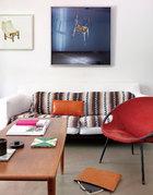 客厅里的北欧风格座椅与中国年轻艺术家画里的椅搭配很奇妙,左边作品出自艺术家翟倞,右边是陈维作品。