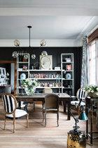 搬进这里之前,他们费劲将老公寓原来的深色木质地板,打磨成欧洲公寓最常见的原始木色,从浦东仓库淘来,充满岁月痕迹的旧餐桌,摆上电脑书籍就是最好用的 工作桌。吊灯来自爱嘉灯饰;镜子、烛台及深色餐椅来自Mis en Demeure迷尚∙邸梦;深绿台灯来自Zen Home;条纹餐椅来自Baptiste Bohu(www.baptistebohu.com)。