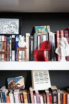 家应该有深度,能让人细细玩味,不管是生活在其中或只是来访做客,在这里总能感觉到独一无二的温度,宛若翻开一本从未读过的好书。书架上的藏书是多年来两人的收藏,连环画册也在收集之列。