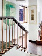 楼梯左边的绿色油画来自张恩利。