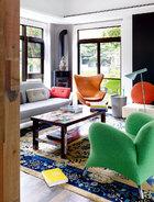 落地窗带入四周的自然绿意,缤纷的现代家具和清代老地毯又在宜古宜今的氛围里道出主人内心的欢畅。一层客厅的中国蓝花鸟地毯,是清朝的百年艺术珍品。屋外的小庭院是姚谦最动心的地方,特意种植一株60岁的栀子花。