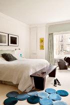 卧室终归要安静雅致,连艺术品也随之静穆下来。主卧里,床铺上方挂着日本摄影师衫本博司于1993年创作的三联作品《Ionian Sea,Santa Cesarea》。Ronan和Erwan Bouroullec设计的Tapis Grappe地毯是在巴黎Kreo艺术画廊购买的。而Ron Arad设计的黑色椅子Little Heavy则带来梦境的安宁。