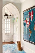 进门处透露出这座房子维多利亚时代的特点,Louisa设计并在摩洛哥制作的六角形液压砖营造出一种缤纷的氛围。