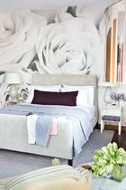 大齐最喜欢的空间是他自己的卧室,巨大的黑白玫瑰图案壁纸由一张照片再造而来,充满梦幻感,也呼应了主人的花艺师身份。主卧室,小夜桌由Philippe Starck 为Kartel设计,桌灯来自Arteriors Home。