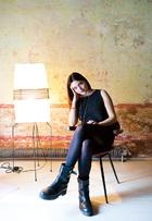 身兼导演、作家、电影制片人三职的Elisa Fuksas在自己家中。红色皮椅由Carlo Mollino设计,纸灯来自Noguchi。