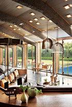 五楼的客厅,天花板上特意开出的小洞,给阳光和月光均留出了一个浪漫的入口。