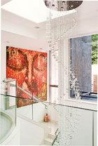楼梯间的用色相对清淡,庞大的螺旋式玻璃雕塑增添了华美之感。一位巴厘岛艺术家的大幅佛像画作点燃了空间的热情。