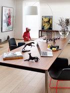 """王中磊的书房相当宽敞和专业。许多电影形象立于其间,为他带来各种灵感。白色落地灯是Foscarini的TwiggyFloor Lamp,办公长桌是Minotti的Jorn系列,靠墙的铜边几是Promemoria的Gong系列,而黑色座椅则为Poliform的 Ventura系列,以上均来自家天地。""""虽然公司就在隔壁,但我有一半时间都爱在家里工作。""""做好这个家后,王中磊坦言自己出门的时间都变少了,甚至一些公事都会在家里谈。"""