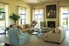 小布什夫妇喜欢淳朴的田园风格,淡雅的客厅与窗外的得州风光相呼应,散发出散淡的自然之美。起居室里,石灰石壁炉上方的画作来自Adrian Martinez。沙发面料来自Glant,座椅面料来自Groves Bros。座椅上的面料印花由女主人劳拉设计。亚麻窗帘来自Calvin Fabrics。桌上的菊石是建这幢房子时的偶然发现。