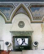 Bellini是古典音乐发烧友,欧洲各大剧院、乐团的首席都是他的好朋友,他也因此设计了不少音乐厅的建筑。在家里,15世纪风格的壁炉设计成电视背景 墙,两旁选择了Avantgarde Acoustic的圆形扩音喇叭。