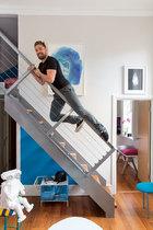 主人: Marc Peridis在伦敦SOHO区希腊街19号创办有一间设计画廊(19greekstreet.com)。机器人陶瓷灯具由Matias Liimatainen设计,在他的画廊有售。蓝色画作出自艺术家Henk Gieskens。厨房门上方是一幅丝印的作品,创作者是James Page。