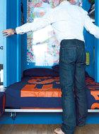 要睡觉时就敞开柜门,一张标准的床就展现眼前了。