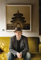 酒店的三位经营者之一Juan Van Wassenhove坐在大堂中Irene Kung的摄影作品《天坛》前面,另外两位经营者分别是林凡、周理贤。主人: Juan van Wassenhove来自比利时,曾一 度从事银行业。因为在纽约工作时对唐人街的 喜爱而在1988年来华旅行了6个月,有幸看到了无数中国城市化以后再也见不到的美丽风景。随后他赴香港工作,并于1994年重返内地, 后来又在昆山创办了太阳能工厂。自幼爱好艺术与设计的他从2008年起与志同道合的两个朋友——林凡和周理贤开始投资修复故宫附 近拥有600多年历史的智珠古寺,建成了今天 集餐饮、住宿、展览、会议功能于一体的东景缘(The Temple Hotel)。