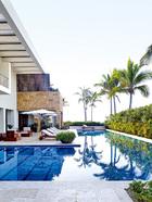克鲁尼家的泳池边上也放着定制的柚木躺椅,阳伞来自SantaBarbara Designs。
