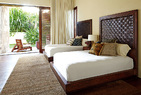 克鲁尼家的室内装饰选择了更深的色调,显示出这位钻石王老五的硬朗气质。客房里,两张客人床都有定制的皮纹床头板。克鲁尼自己的床也有同样的设计。床头柜由Legorreta设计,Lika Moore的灯具来自Blackman Cruz;靠枕来自JohnRobshaw。