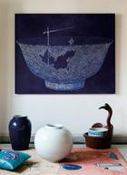 从上世纪90年代开始,岳夫人与多位中国艺术家就结下了深厚友谊,如今他们中的大多数已经声名远播、身价不菲。 客厅中的另一幅重要画作是来自80后画家张庭群的油画《建设中国》系列中的一幅,创作于2005年,购自798艺术区中的一家画廊。地上的两件瓷瓶来自高碑店的一家古董店,右边的鹅形木盆则是民国早期的物件。靠垫来自rochebobois罗奇堡家居。