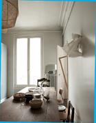 厨房里的餐桌和竹灯均采用了中国的竹材,外加经过编织的剑麻,表 面经南非波士茶染色。这是为Ay Illuminate创作的产品,在斯威士兰制作而成。靠在墙上的另一盏灯是一件制作时失败的实验品。