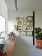 这个空间具有专业画廊的陈列效果。