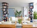 起居室,墙上的蓝色镜面艺术品由Haluk Akakce创作,名为《遗失的空间》(Lostin Space),旋转书架、Box沙发和扶手椅都是由Autoban设计。四只旋转落地书柜将客厅巧妙地分割出不同区域,加之绿色植物的簇拥、美丽光线的环绕,土耳其设计师Sefer Caglar的家是如此明亮舒适、简约而不做作。
