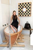 浴室中,浴缸船由WiekiSomers设计,黑色和金色的镜面马赛克来自Alessandro Mendini。