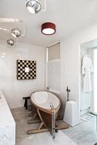 浴室中充满了梦幻的未来感。