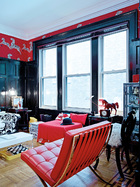 红色是这个家中连接每个空间的纽带。客厅中有红色的巴塞罗那椅,由Mies van der Rohe为Knoll设计。窗边的小红马是墨西哥设计师Juan Carlos Padilla送给优子的礼物。