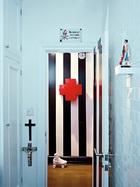 门厅墙上的红色十字匣来自Cappellini 。