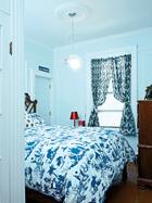 卧室摆着一台Philippe Starck设计的红色床头灯。