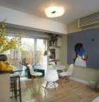"""""""我特别想要一个小的户外空间,这是整幢楼中唯一带有阳台的一间公寓!""""尽可能地扩大窗户,为小空间引入美丽光线和户外风景。打开落地窗,外面是一块用竹墙围起的精巧平台,这也是玛丽选中这套住宅的重要原因。用餐区里,大理石圆桌搭配四把白色的Eames椅,经典设计果然相当提 气!角落里盒子状的展示架是玛丽自己的设计,漆面的小柜子也是。"""
