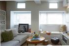 将窗户扩大,并设计一排靠窗的座位,这样就充分扩大了起居室的空间和采光强度。Stefano用毛玻璃面板填补拆除老式空调后留下的缺口,这也为整个房间 带来了额外的光线。